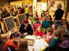 Podczas spotkania w Kawiarence Świetlika dzieci wezmą udział w zabawach, a rodzice porozmawiają ze specjalistami o wychowaniu (fot. mat. organizatora)