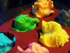 Na warsztatach w Radzionkowie dzieci i rodzice pobawią się kolorową pianką (fot. mat. organizatora)