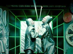 Spektakl porusza coraz bardziej aktualny temat wpływu techniki na naszą codzienność (fot. Teatr Gry i Ludzie)