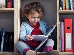 Jak wspierać dziecko by nauczyło się czytać w łatwy i przyjemny sposób? (fot. foter.com)