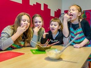 Na półkoloniach w Fundacji Edukacyjnej Kombinatory dzieci pobawią się w szefów kuchni (fot. mat. organizatora)