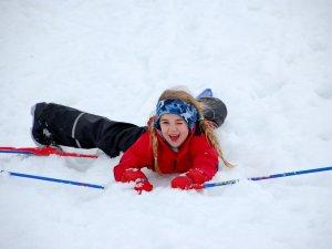 Jazda na nartach to dla dzieci duża frajda, dlatego warto uczyć je tego od najmłodszych lat (fot. foter.com)