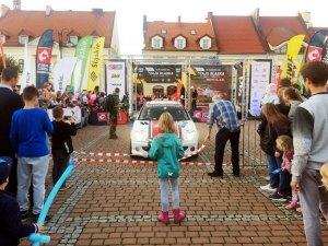 Dzięki dodatkowym atrakcjom, jakie zapewnił portal SilesiaDzieci.pl, rajdowe emocje udzieliły się również dzieciom (fot. mat. SilesiaDzieci.pl)