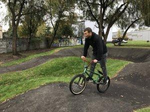 Pumptrack to asfaltowy tor, na którym można jeździć na rowerze, rolkach, deskorolkach, hulajnogach (fot. mat. UM)