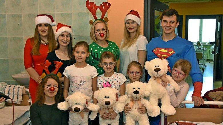 Studenci medycyny obdarowali pluszowymi misiami dzieci w szpitalach (fot. mat. prasowe)