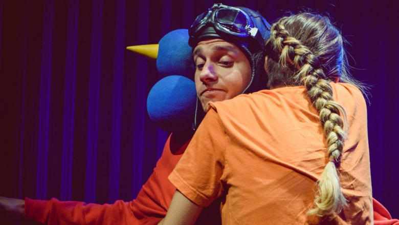 Przygody małego szpaka pomogą dzieciom zrozumieć abstrakcyjne pojęcia (fot. Teatr Miejski w Gliwicach)