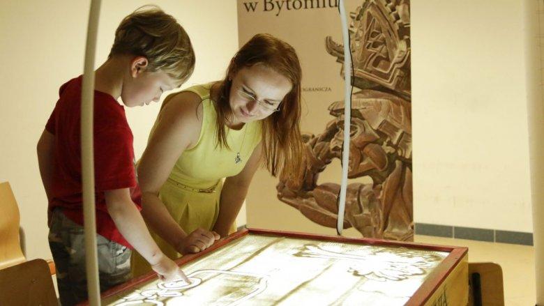 Malowanie piaskiem czeka na dzieci w Muzeum Górnośląskim (fot. Witalis Szołtys)