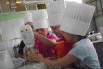 Na tych warsztatach dzieci uczą się jak gotować, przechowywać żywność, nakrywać do stołu. (fot. archiwum Cynamonu)