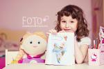 Dziecko w wieku Agaty, już doskonale wie, jak się ustawić do zdjęcia (fot. Anna Dudek)
