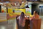 Podczas gdy dzieci brykają w sali zabaw, rodzice mogą napić się kawy w kawiarence (fot. mat. Kolejkowa)