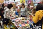 Dużym zainteresowaniem cieszyły się książeczki i drewniane zabawki (fot. mat. SilesiaDzieci.pl)