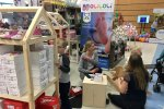 Na stoisku marki OliOli moża było wybrać buciki dla dzieci (fot. mat. SilesiaDzieci.pl)