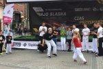 Na mikołowskim rynku spektakularny pokaz dała Grupa Capoeira Unicar Mikołów (fot. mat. SilesiaDzieci.pl)