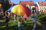 Zabawy z chustą Klanzy zorganizowała w Żorach Figlolandia (fot. mat. SilesiaDzieci.pl)