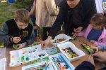 Stoisko konstruktorskie przygotowane przez Akademię Nauki i Rozwoju zostało opanowane przez dzieci i... rodziców (fot. mat. SilesiaDzieci.pl)