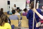 Warsztaty z chustowania przyciągnęły wielu rodziców (fot. SilesiaDzieci.pl)