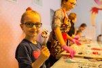"""W """"HokusPokuss"""" dzieci mogą samodzielnie wykonać lizaki o wymarzonych kształtach (fot. mat. """"HokusPokuss"""")"""
