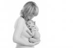 Kacperek najbezpieczniej czuje się z mamą (fot. Anna Dudek)