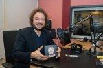 Mietek Szcześniak będzie kolejną gwiazdą, którą zobaczymy i usłyszymy podczas Tyskich Wieczorów Kolędowych (fot. archiwum zdjęć piosenkarza na Fb)