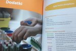 Nie brakuje w niej przykładowych lekcji i opisów pomocy dydaktycznych (fot. mat. Ewelina Zielińska SilesiaDzieci.pl)