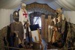 Na terenie zamku można obejrzeć zbroje i broń rycerzy z różnych epok (fot.dok)