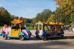 Po parku pszczyńskim można przemieszczać się barwną ciuchcią (fot. Katarzyna Esnekier/SilesiaDzieci.pl)
