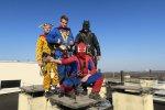 Spider-Man, Batman, Superman i Clown - ta ekipa ma do wykonania poważną misję... czy jest nią mycie okien...?  (fot. mat. GCZD)