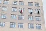 Ekipa superbohaterów ma do umycia blisko 540 okien na 9 kondygnacjach szpitala (fot. mat. GCZD)