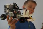 Uczestnicy pod okiem instruktorów biorą udział w różnych warsztatach m.in. robotyka LEGO, programowanie gier czy hodowla kryształów (fot. mat. Fabryki Naukowców)