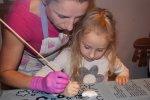"""Podczas warsztatów, dzieci - z niewielką pomocą pracowników manufaktury - samodzielnie tworzą swoje wymarzone słodkości (fot. mat. """"HokusPokuss"""")"""