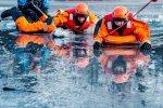Strażacy pokażą, jak przy pomocy specjalistycznego sprzętu, ale i przedmiotów codziennego użytku, pomóc osobie, pod którą załamał się lód (fot. mat. organizatora)