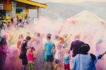 Kolorowe proszki Holi, którymi uczestnicy się opsypują, to ostatnnio bardzo popularna i lubiana zabawa (fot. mat. organizatora)