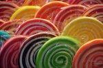 Oprócz kolorowych lizaków samodzielnie wykonanych przez uczestników zajęć, na całe rodziny czeka zabawa kolorowymi proszkami, pokazy i kiermasz rękodzieła (fot. mat. organizatora)