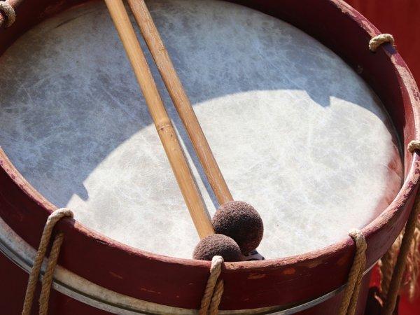 Na warsztatach dzieci poznają afrykańskie bębny i nietypowe perkusjonalia (fot. pixabay)