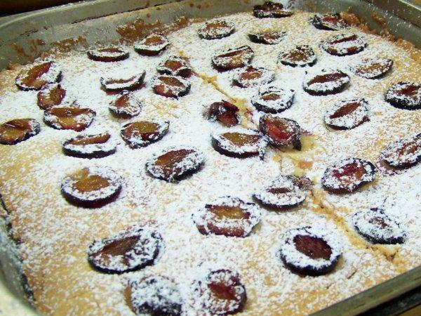 """Ciasto wykonane na warsztatch kulinarnych dla dzieci """"Śliwkowy zawrót głowy"""" Cynamonu Sztuki Gotowania, przez Adama Chodnickiego, syna autorki przepisu (fot. materiały Cynamonu)"""