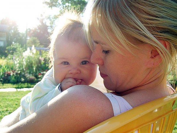 W słoneczne dni należy pamiętać o odpowiednim zabezpieczeniu delikatnej skóry dziecka (fot. foter.com)