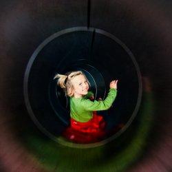Zjeżdżanie na podwórko zamiast schodzenie schodami? To jeden z pomysłów na nowe przedszkole w Żorach (fot. foter.com)