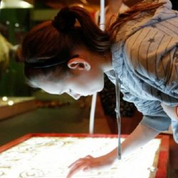 Tworzenia obrazów za pomocą piasku nauczą się dzieci na warsztatach w Muzeum Górnośląskim (fot. Witalis Szołtys)