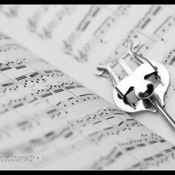 """""""Historia pewnej melodii"""" to bajka muzyczna, w której elementy spektaklu połączone są z muzyką graną na żywo (fot. foter.com)"""