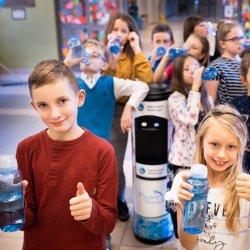 Dzieci z 16 szkół z Dąbrowy Górniczej korzystają z dystrybutorów wody (fot. mat. prasowe)
