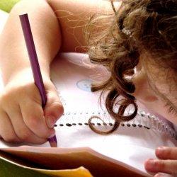 Warto zadbać, aby dziecko oprócz obowiązków szkolnych, miało też czas na zabawę (fot.sxc.hu)