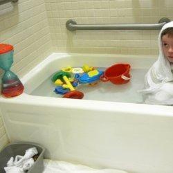 Skóra atopowa wymaga specjalnej pielęgnacji. Kojąco działają kąpiele w preparatach natłuszczających (fot. foter.com)
