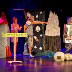 """Spektakl pt. """"Babroszki lecą w kosmos"""" w wykonaniu Teatru Trip (fot. mat. organizatora)"""