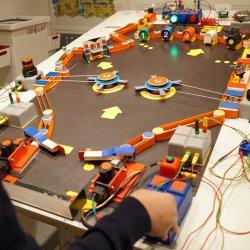 Wśród konstrukcji dostępnych w pracowni znajdziemy m.in. bilard elektryczny (fot. mat. organizatora)