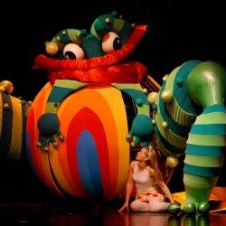 Ogromna, przeistaczająca się forma to element scenografii, który zachwyci widzów (fot. mat. Teatr Banialuka)