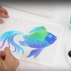 Arkusze zestawu Aquarellum mają wytłoczone poszczególne elementy obrazu, dzięki czemu po pokryciu farbą powstaje piękny obraz (fot. youtube/sentosphere)