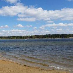 Nad jeziorem znajduje się kilka plaż (fot. mat. Fb Zalew Nakło-Chechło)