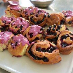 Do drożdżówek możemy użyć porzeczek lub innych owoców jagodowych (fot. mat. Cynamonu)