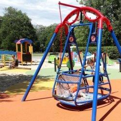 Nieprawidłowo używana huśtawka dla niepełnosprawnych może być niebezpieczna (fot. mat. prasowe)
