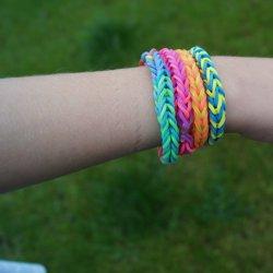 Hit ostatnich miesięcy - własnoręcznie plecione bransoletki z kolorowych gumek (fot. redakcja SD)